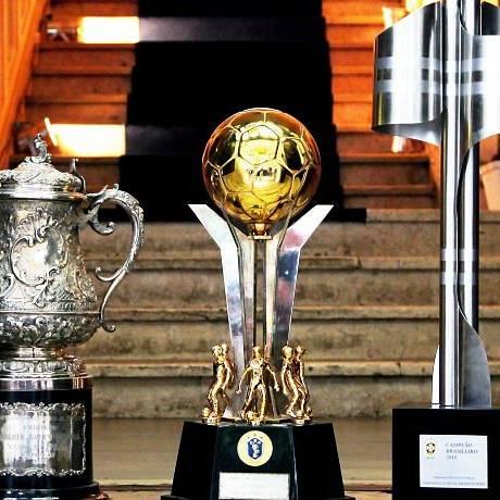 Da esquerda para direita: as taças de campeão de 70, 84 e 2010 - Foto: Ivo Gonzalez