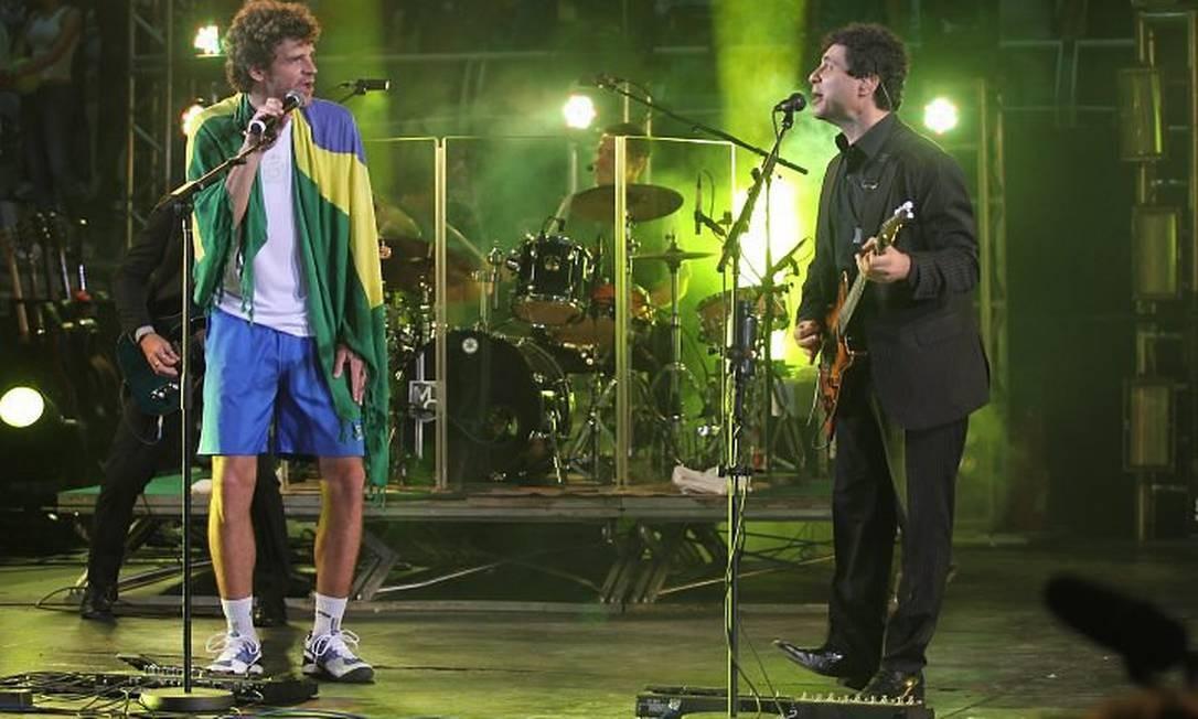 Guga canta 'Pro Dia Nascer Feliz' ao lado de Frejat. Foto de Cezar Loureiro - O Globo