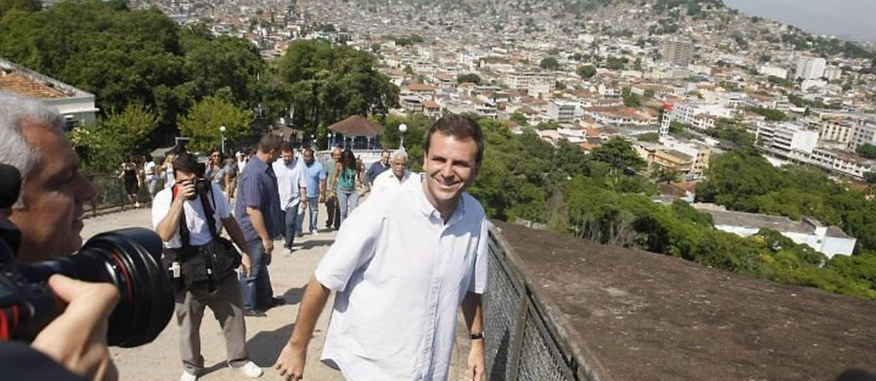 O prefeito Eduardo Paes visita a Igreja Nossa Senhora da Penha - Fabiano Rocha O Globo