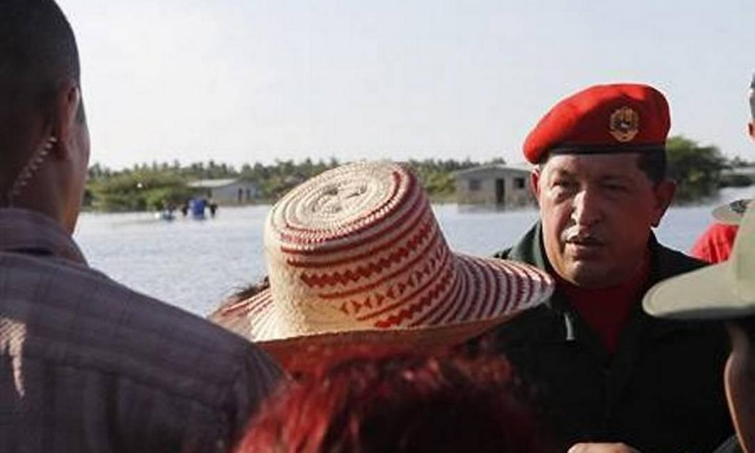 O presidente venezuelano, Hugo Chávez, fala a vítimas das enchentes em Sinamaica, no oeste da Venezuela, 6 de dezembro de 2010 Reuters