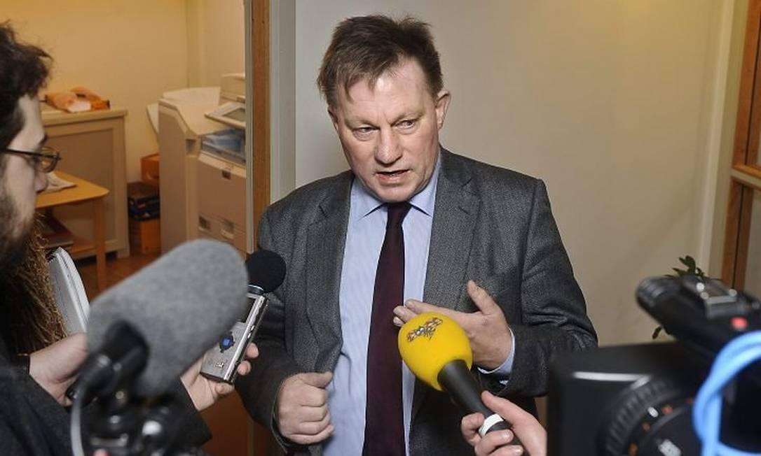 O advogado Claes Borgstrom fala com jornalistas na Suécia em agosto - AP