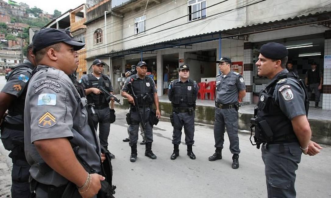 Ocupação do Complexo do Alemão. Cel. Mário Sérgio, Comandante Geral da PM, reunido com soldados no complexo (Foto: Marco Antonio Cavalcanti Agência O Globo)
