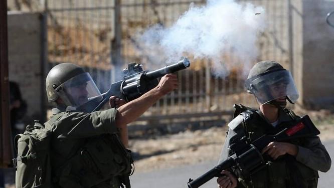 Israelenses atiram bomba de gás lacrimogêneo contra palestinos em Nabi Saleh, Cisjordânia AFP