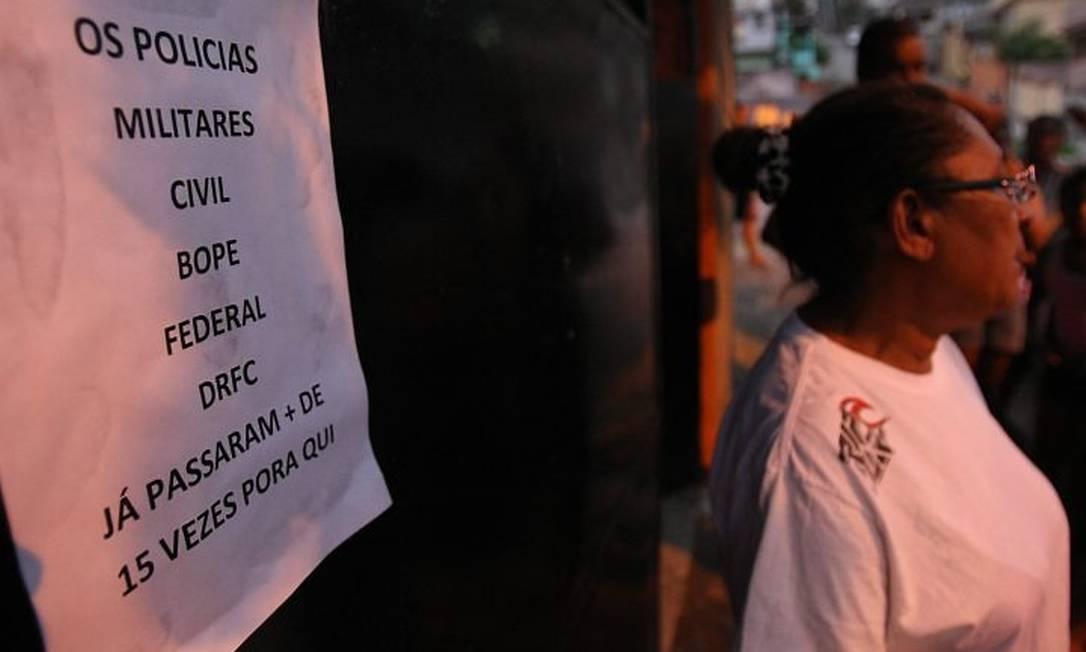 Dona Josefa mãe do traficante Pezão, reclama das 15 vezes que os policiais foram em sua casa (Foto: Marcelo Piu Agência O Globo)