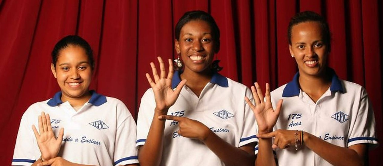 Escola para todos - Escola estadual em Niterói onde alunos surdos mudos estudam com alunos sem deficiência. O grupo de surdos mudos faz parte de um projeto de Cinema. Rafael Bruno e Ingrid Alves estudam ciências