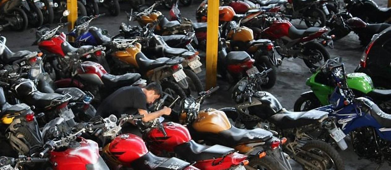 Motos apreendidas no Complexo do Alemão no Pátio Legal da DRFA em Deodoro (Foto: Marco Antonio Cavalcanti Agência O Globo)