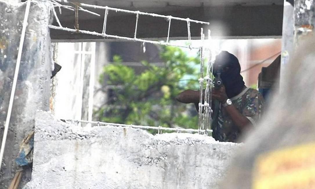 Bandidos exibem armas no alto do Alemão.Foto: Pablo Jacob Agencia O Globo