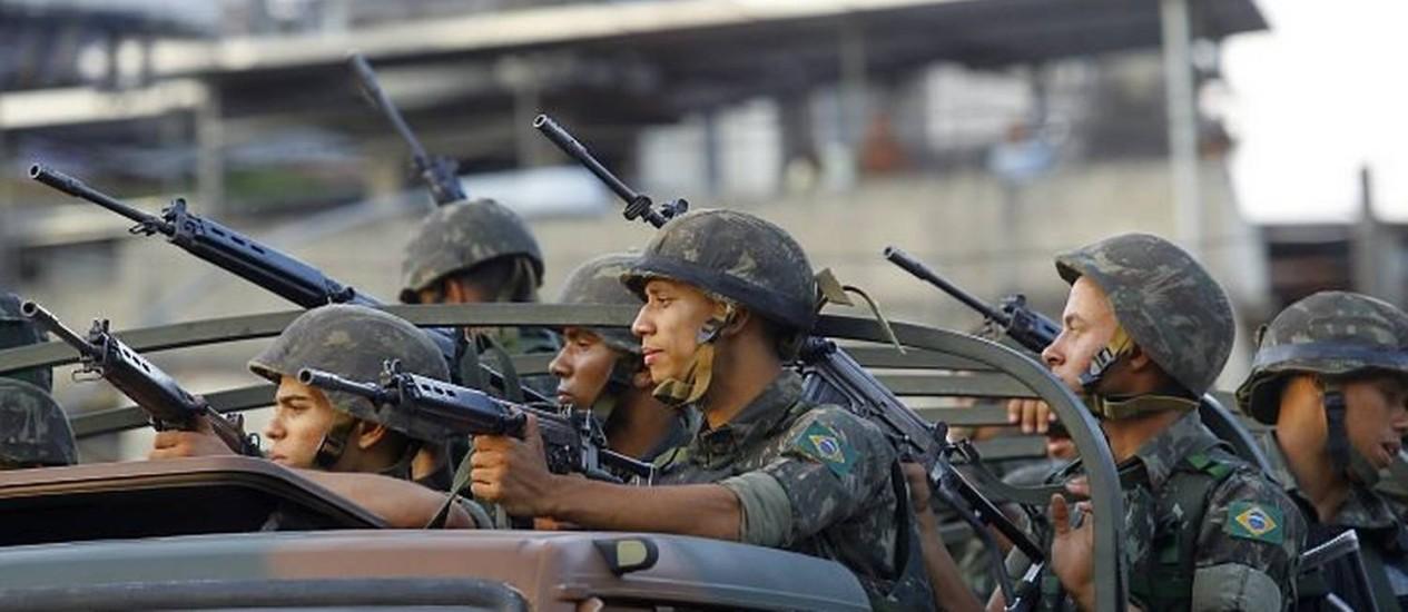Policiais em operação no morro do Alemão (Foto: Fernando Quevedo Agência O Globo)
