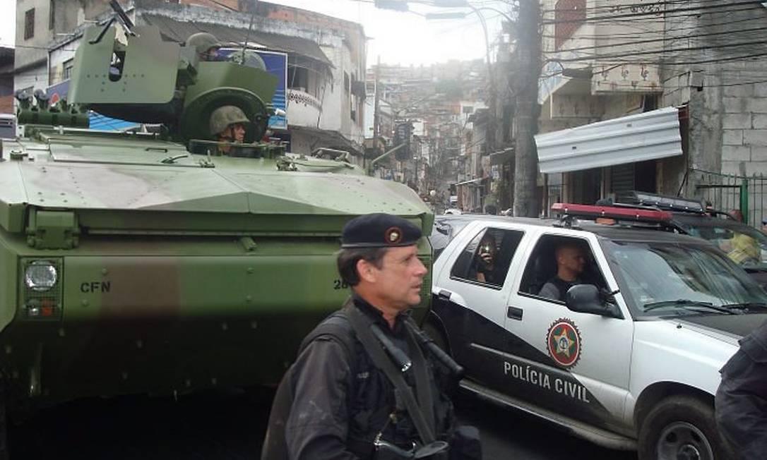 Blindado chega para choque de ordem na Vila Cruzeiro. Foto: Daniel Brunet - O Globo