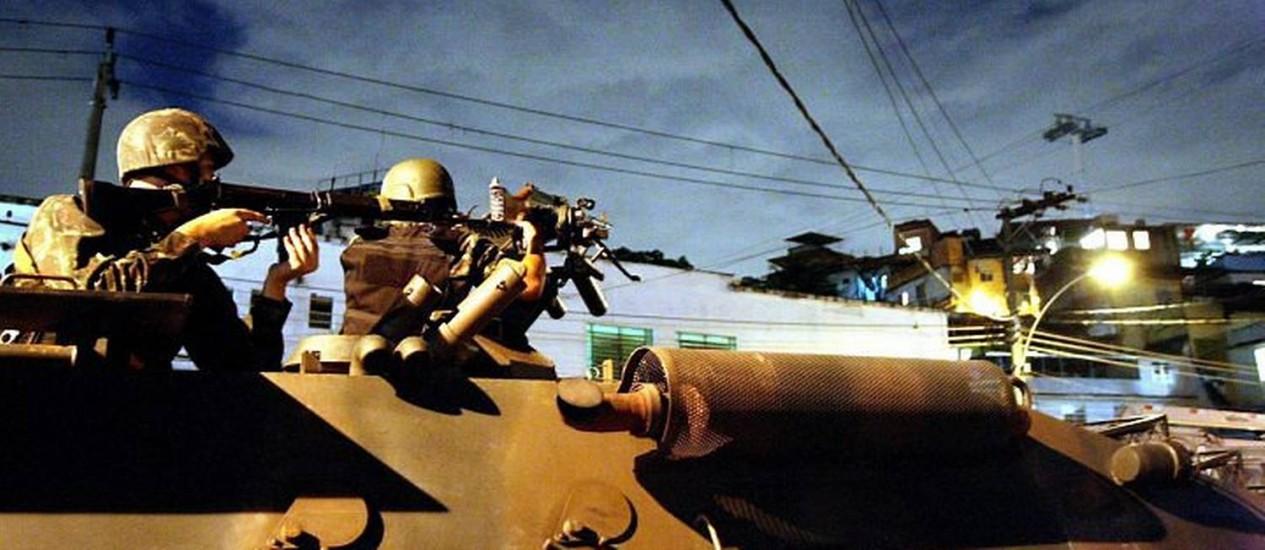 Tropas posicionadas na entrada do Complexo do Alemão - Foto: Cléber Júnior - Extra