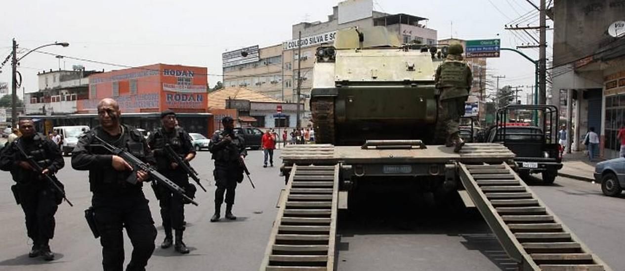 Desembarque dos blindados na Penha. Foto Marcos Tristão, do Globo