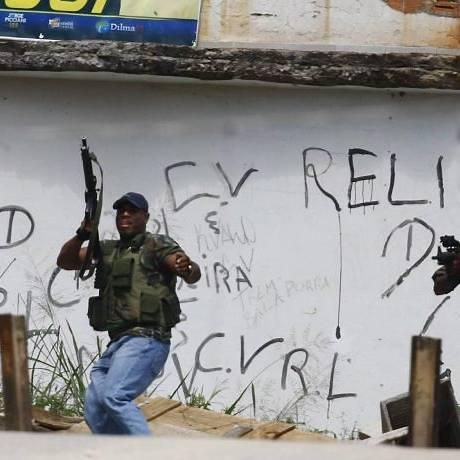 Bandidos exibem armas no Complexo do Alemão Foto: Pablo Jacob Extra