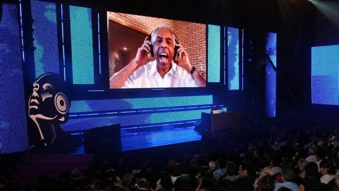 Prêmio da Música Digital no Oi Casagrande - Cantor Gilberto Gil cantando via skype, direto de casa para o público do Teatro. Foto Letícia Pontual Agência O Globo