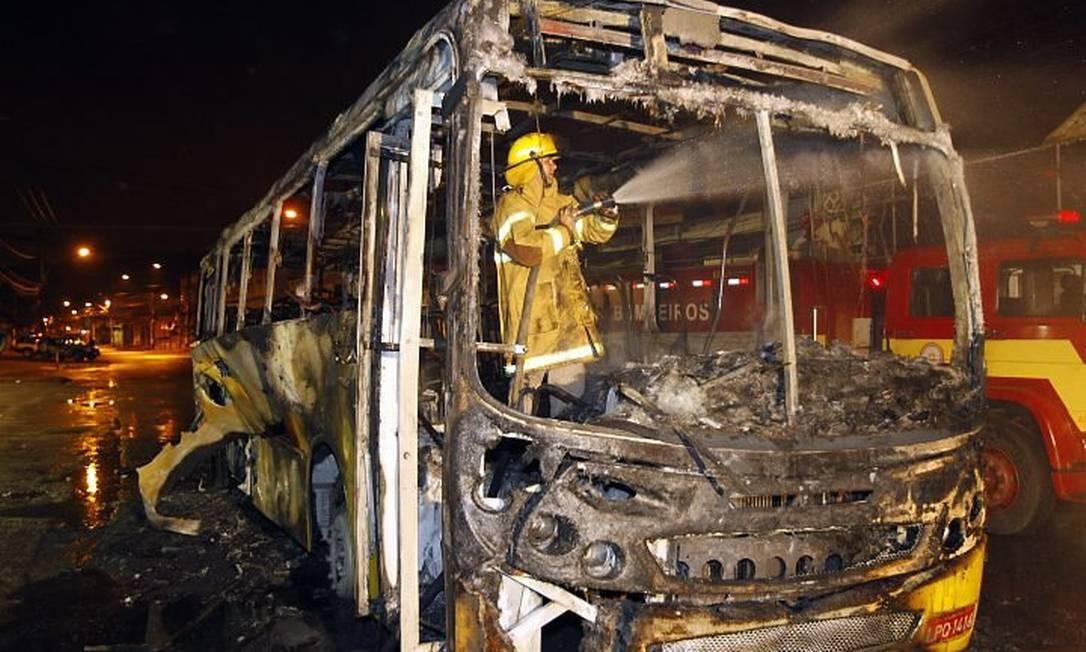 Bombeiro combate chama em ônibus queimado em Belford Roxo - Foto: Fernando Quevedo
