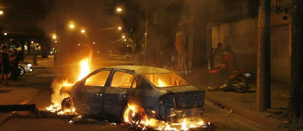 Bandidos incendeiam carro no Rio Comprido. Foto: Marco Antonio Teixeira - O Globo