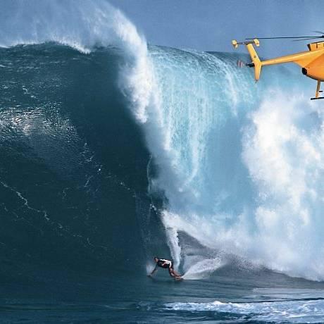 Laird Hamilton surfando onda enorme em Jaws, no Havaí. Crédito: Divulgação