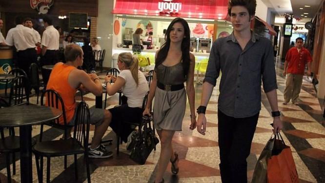 Raphael Martins e Roberta Taise andam no shopping e chamam atenção pela semelhança com os atores da saga 'Crepúsculo' Marcia Foletto