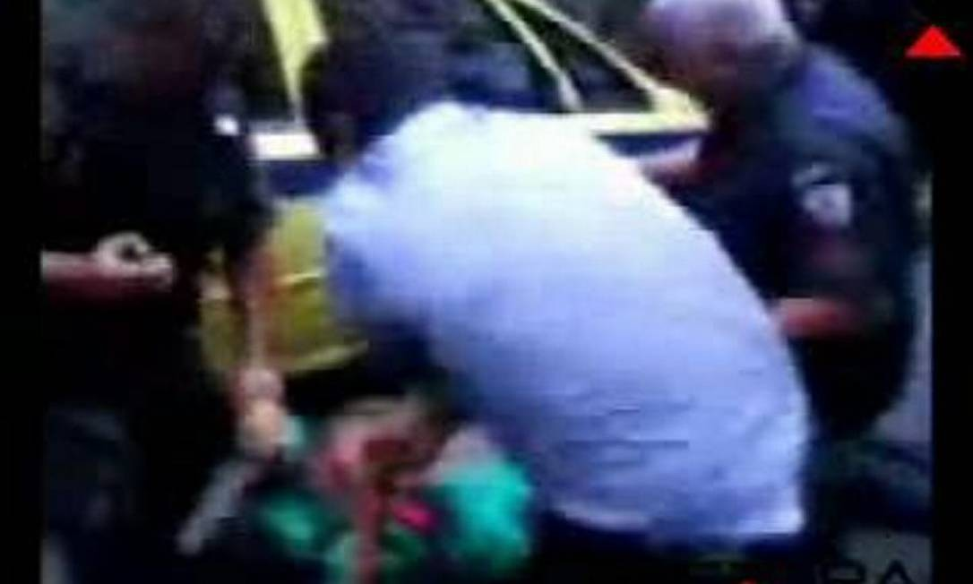 PM é baleado e morto na Avenida Rio Branco e um dos bandidos também morre Foto: Reprodução de vídeo do Extra