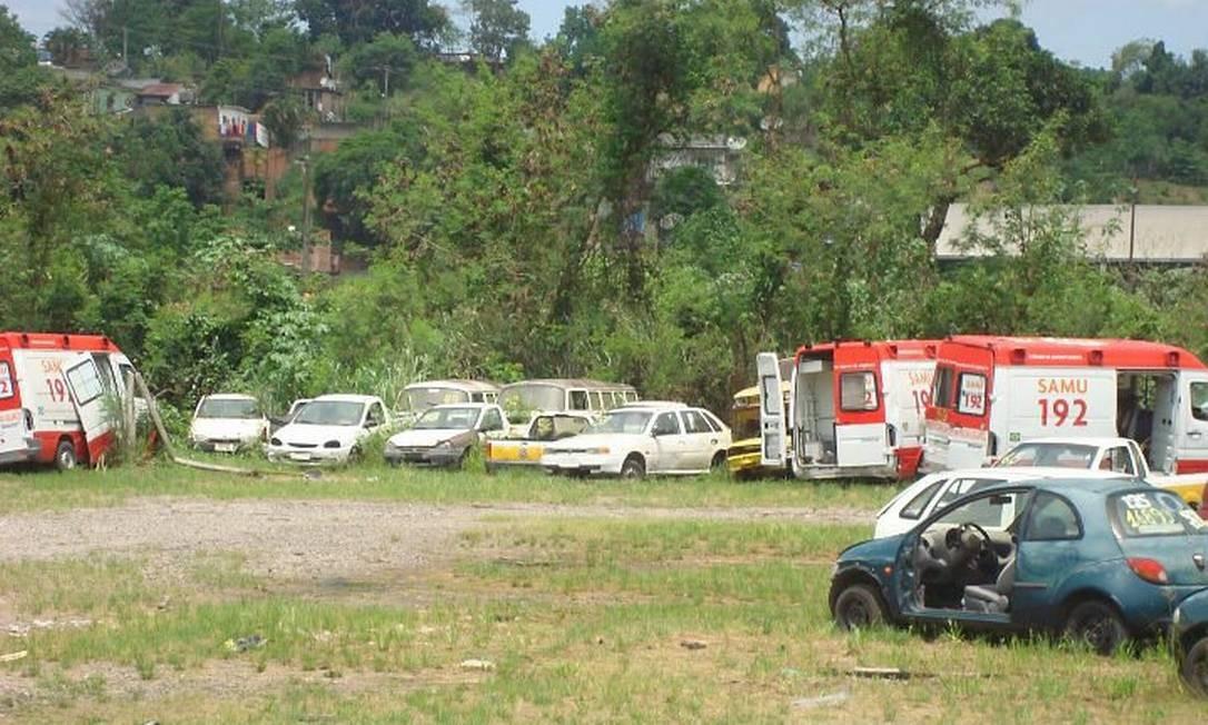 Duas das ambulâncias do Samu que estão apodrecendo em depósito de Nova Iguaçu. Foto: Daniel Brunet