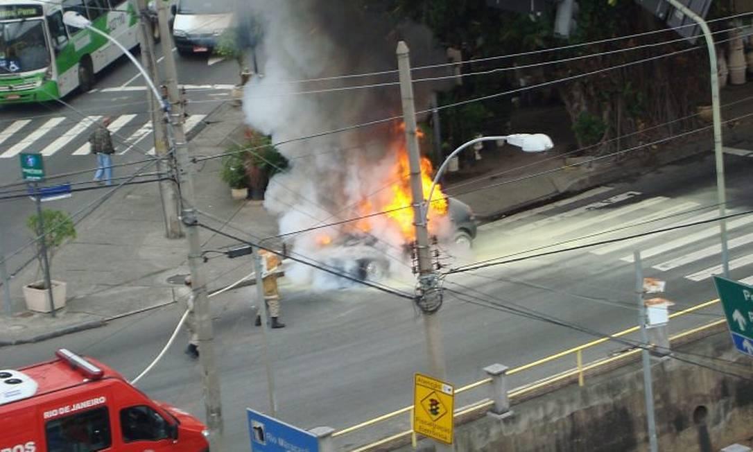Eu-Repórter: carro pega fogo na Avenida Maracanã Foto da leitora Vanessa Reis