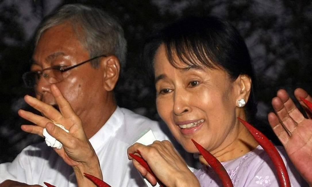 A líder da oposição San Suu Kyi comemora com a multidão. Foto: AFP