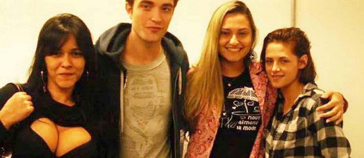 Fãs tiram foto com Robert Pattinson e Kristen Stewart em aeroporto no Rio de Janeiro Reprodução