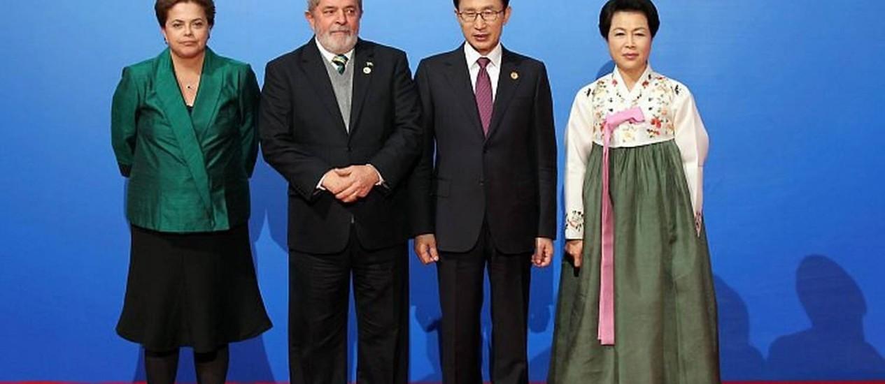 A presidente eleita Dilma Rousseff e o presidente Lula ao lado dos chefes de Estado coreanosFoto: Agência Reuters