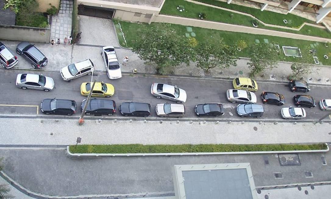 Eu-repórter: Leitora mostra rua na Barra da Tijuca onde motoristas digiram na contra-mão para fugir dos engarrafamentos Foto da leitora Roberta Ribeiro