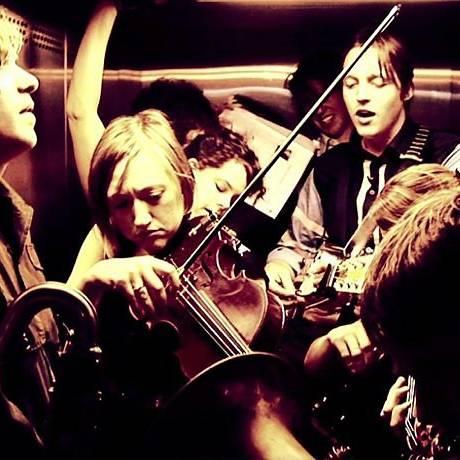 A banda Arcade Fire tocando num elevador