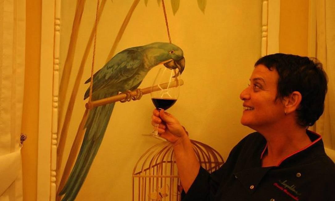 A chef Claudia Mascarenhas no restaurante Leopoldina, no Solar do Império: hotel mudou a cara do Centro Foto: Bruno Agostini