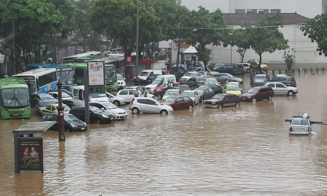 Praça da Bandeira alagada após temporal em abril. Foto: Marcia Foletto - O Globo