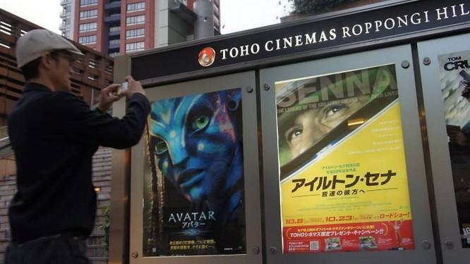 Um fã japonês do tricampeão mundial de Fórmula-1 tira foto do cartaz do filme sobre a carreira de Ayrton Senna, que irá estrear no Brasil no dia 12 de novembro Foto: Claudia Sarmento