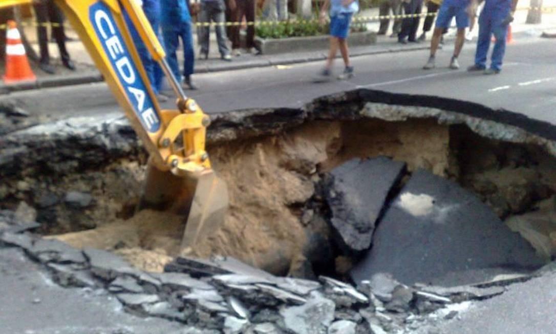 Leitor fotografa imenso buraco na Rua Gomes Carneiro, em Ipanema Foto do leitor André Feijó