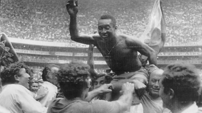 cb18016cb1 Pelé é carregado na conquista da Copa - Foto  Arquivo
