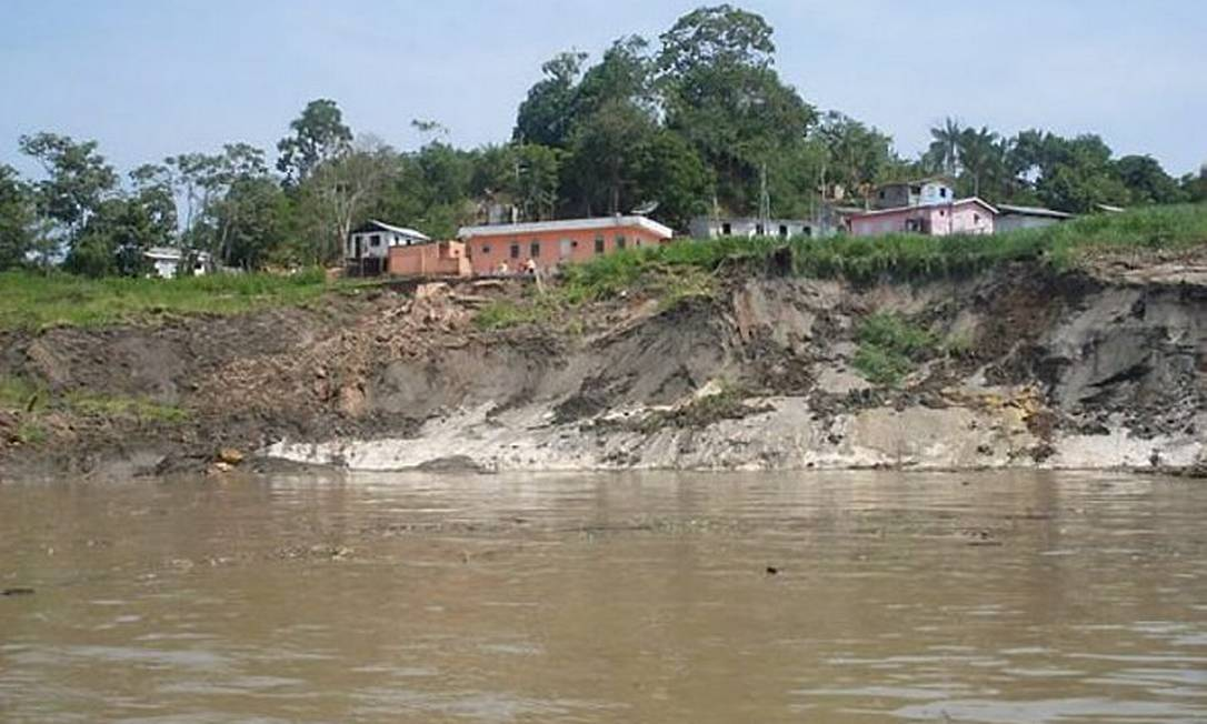 Terra deslizou sobre casas flutuantes - Foto Adalto SilvaTV Manacapuru
