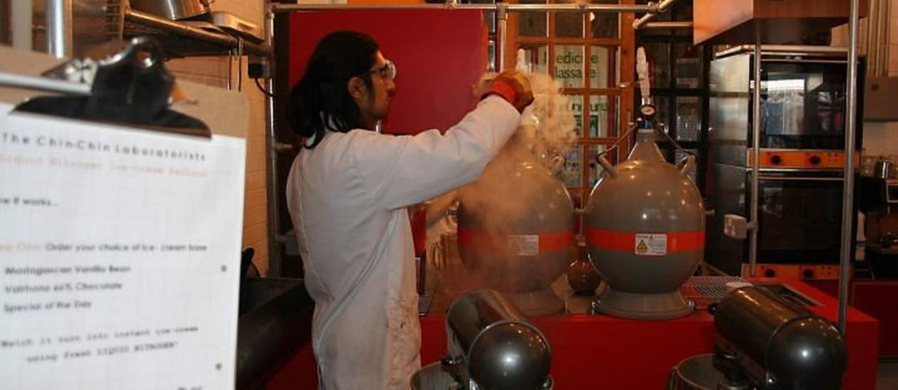 Ahrash Akbari-kalhur prepara em uma loja-laboratório sorvetes a base de nitrogênio Foto: Paula Autran