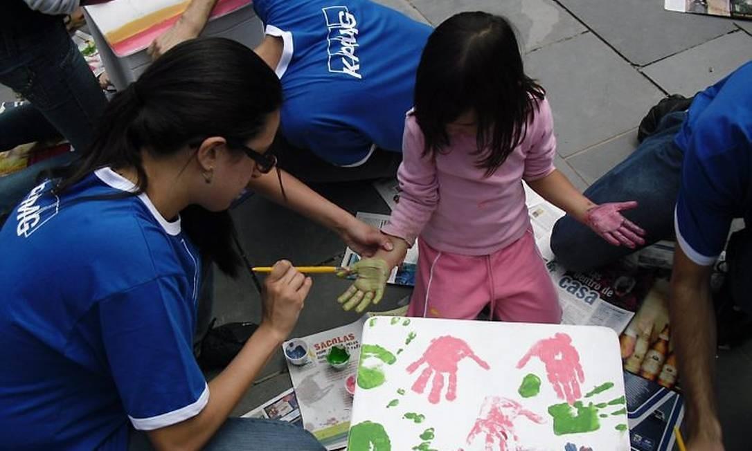Brincadeiras com crianças de comunidades carentes fazem parte das atividades desenvolvidas no Desafio Trainee na Comunidade, promovido pela KPMGFoto:Divulgação