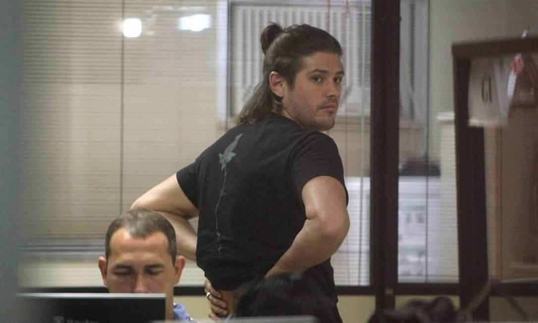 O ator Dado Dolabella na 14ª DP após ser detido com maconha no Leblon. Foto de Bruno Gonzalez Extra Agência O Globo.