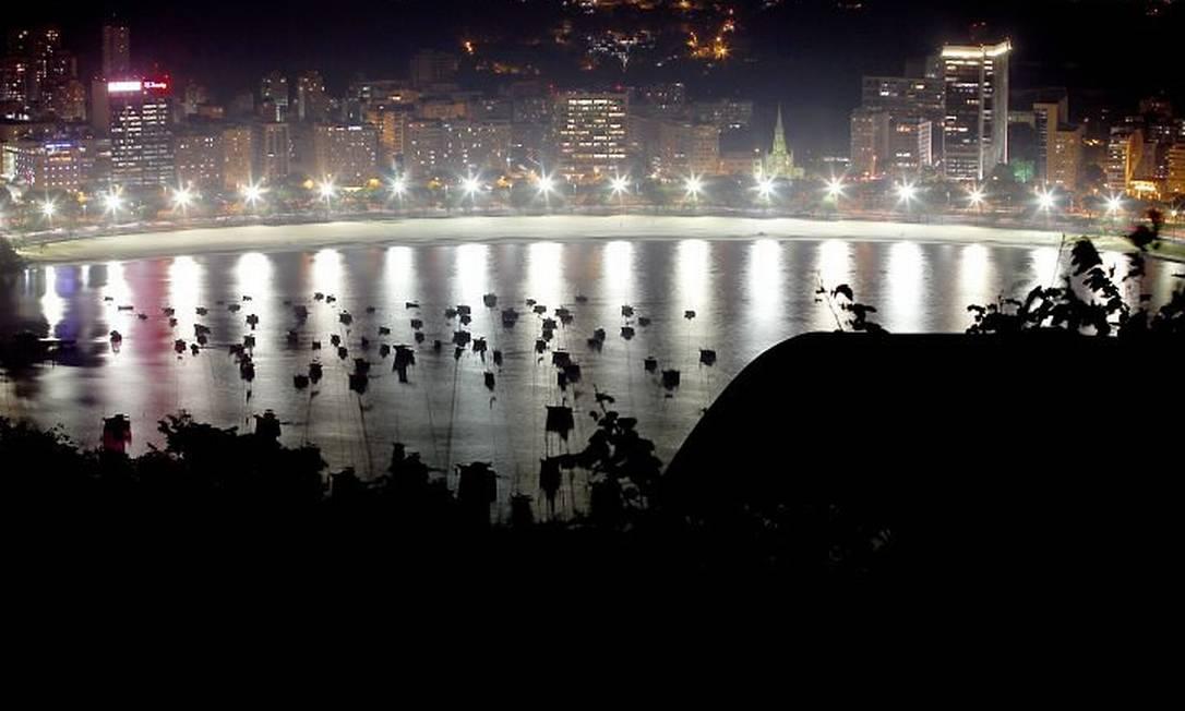 A orla iluminada do Rio: luzes em excesso e sem função Foto: Custodio Coimbra