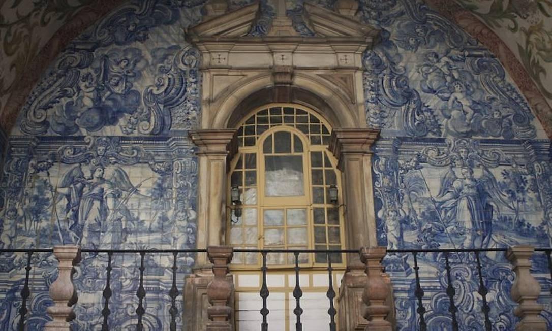 Painel de azulejos do século XVII enfeita a imponente Porta da Vila Foto: Bruno Agostini