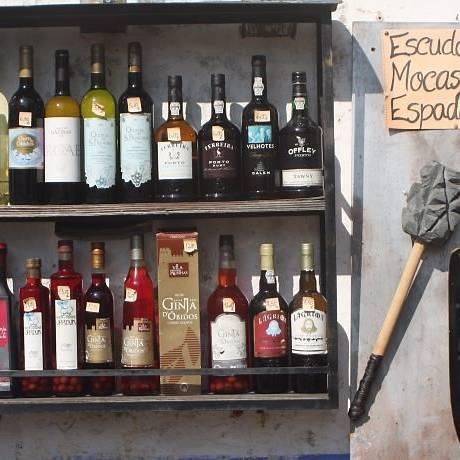 A ginjinha, e outras bebidas expostas numa garrafeira em Óbidos Foto: Bruno Agostini