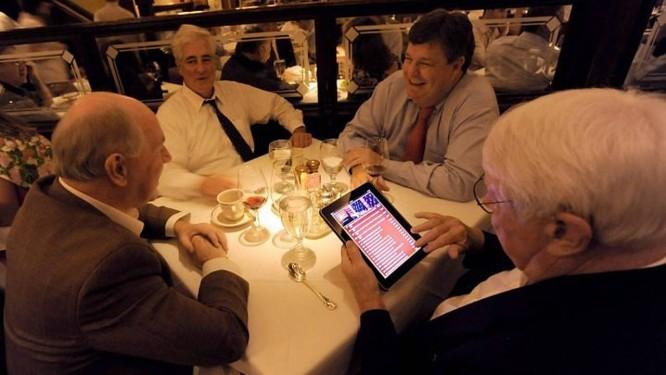 Clientes do Bone's, em Atlanta, escolhem o vinho pelo iPad Foto: Erik S. LesserThe New York Times