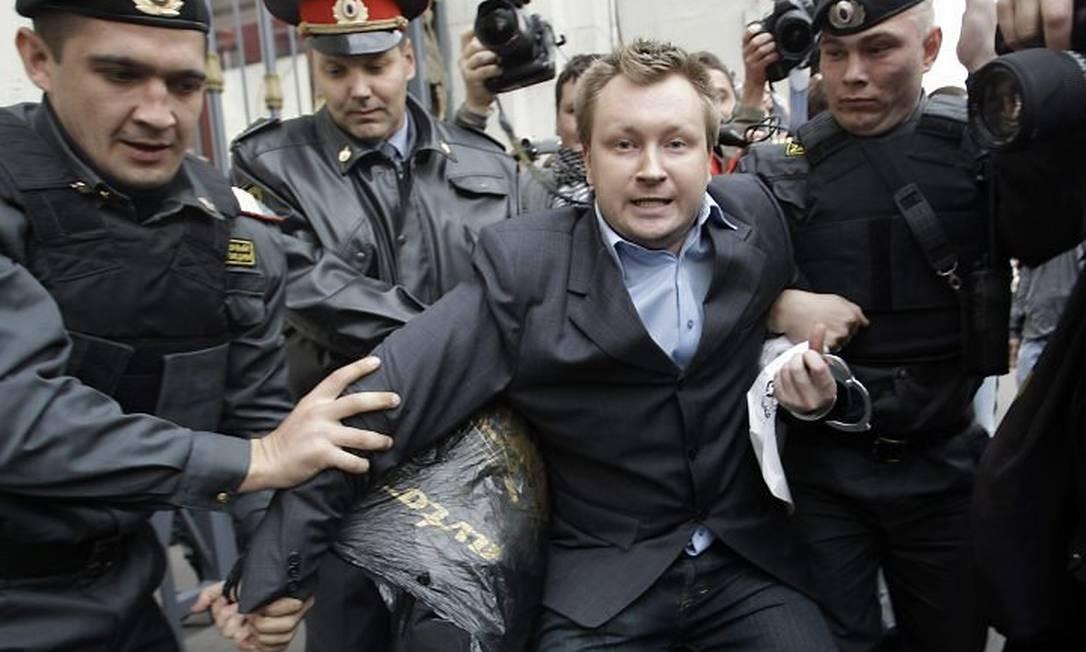 Policiais prendem o ativista gay Nikolai Alexeyev durante protesto em Moscou, na Rússia - AP