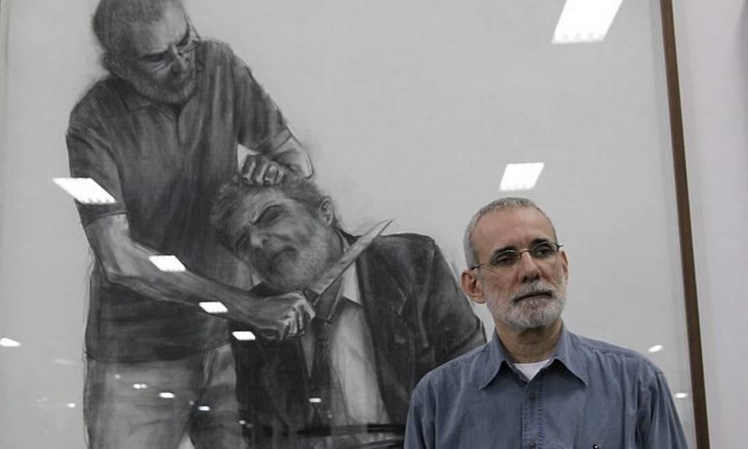 Na foto Gil Vicente, ao lada das suas obras matando Lula . Foto Eliária Andrade