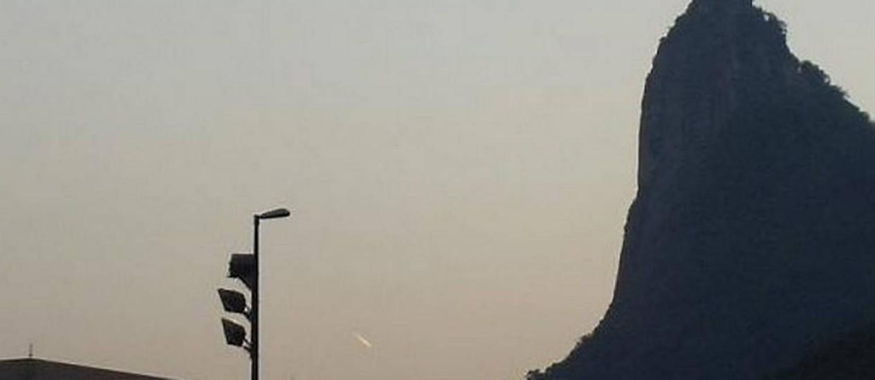 Eu-Repórter: Leitora registra bola de fogo no céu do Rio Foto da leitora Nilce Gesualdo