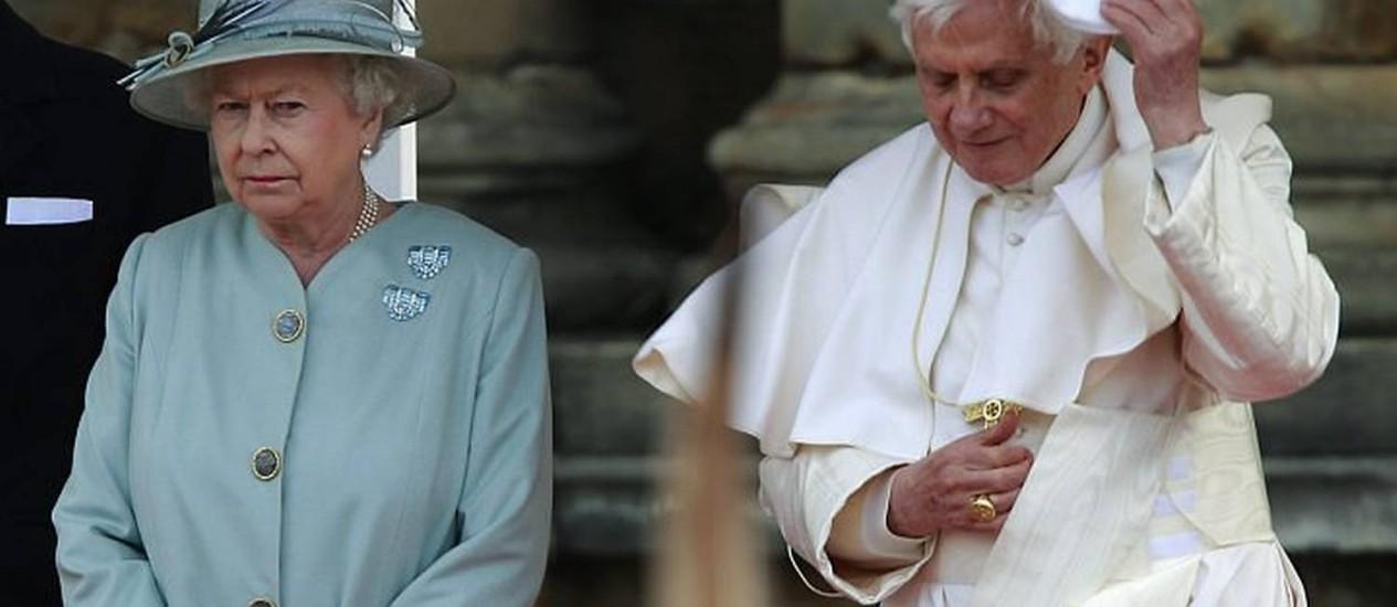 A rainha Elizabeth II recebe o Papa Bento XVI em Edimburgo - AP