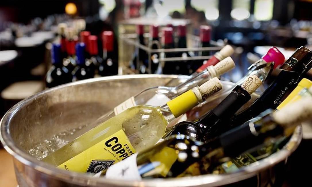 Garrafas de vinho geladas no Rustic, restaurante da vinículo da Francis Coppola Fotos: Lianne Milton The New Yotk Times