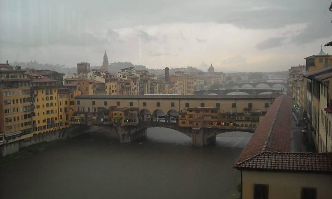 Imagem renascentista: a paisagem da Ponte Vecchio, embaçada pela chuva de verão Foto: Carla Rocha