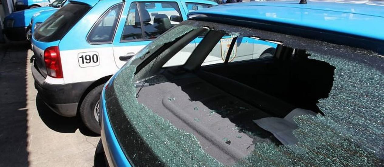 Carros usados pelos primeiros policiais que chegaram a São Conrado foram atingidos em troca de tiros com traficantes. Foto de Márcia Foletto Agência O Globo