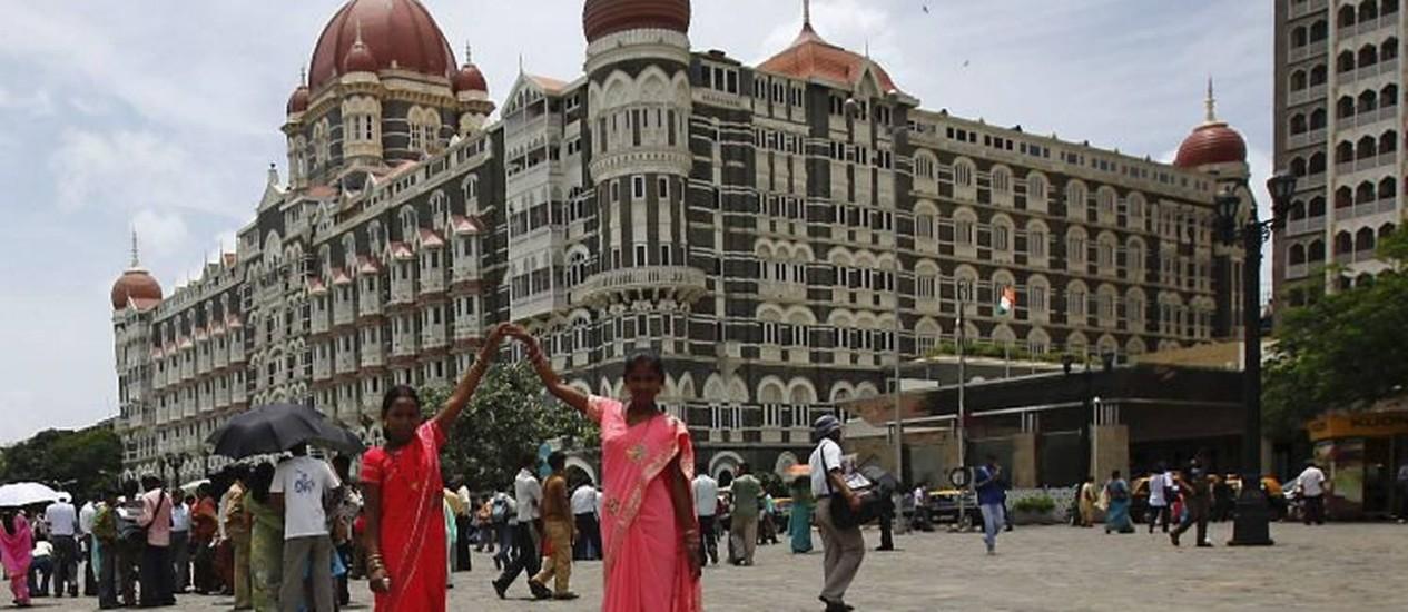Mulheres celebrando a independência da índia posam com a fachada do hotel ao fundo Foto: Danish SiddiquiReuters